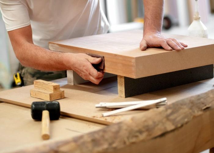 une étape très importante dans la restauration d'un meuble ancien : le ponçage